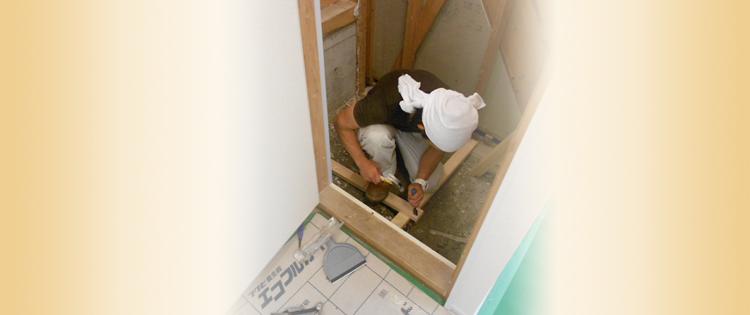 施工する男性の写真
